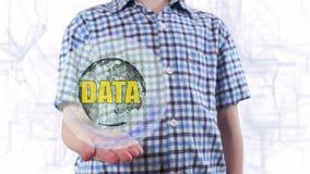 De jonge mens toont een hologram van de aarde en tekstgegevens stock video