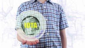 De jonge mens toont een hologram van aarde en tekstjota stock video