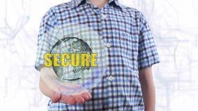 De jonge mens toont een hologram van de Veilige aarde en de tekst stock videobeelden