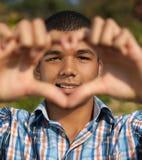 De jonge mens toont liefdeteken Royalty-vrije Stock Foto's