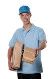 De jonge mens van de dienst van de pakketkoerier neemt stock foto's
