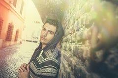 De jonge mens van de straatstad het model kijken, oude stedelijke muur royalty-vrije stock foto