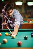 De jonge mens van het biljartspel het spelen snooker stock afbeelding