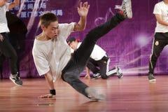 De jonge mens voert straatdans uit royalty-vrije stock foto's