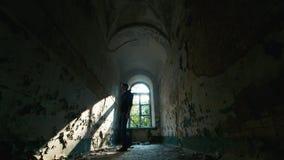 De jonge mens in wanhoop gaat naar een verlaten huis Concept: banenverlies, depressie, werkloosheid, wanhoop, zorg stock video