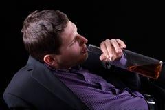 De jonge mens wijdde zich aan alcohol Royalty-vrije Stock Fotografie