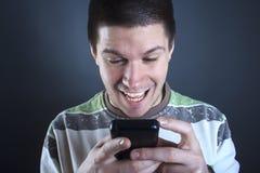 De jonge mens wijdde zich aan zijn slimme telefoon Royalty-vrije Stock Foto
