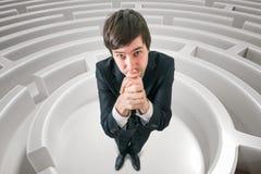 De jonge mens wordt verloren in labyrint en vraagt om hulp om uitgang te vinden 3D teruggegeven illustratie van labyrint Royalty-vrije Stock Foto's
