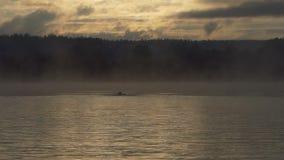 De jonge mens zwemt kruipt bij zonsondergang in de zomer in slo-mo stock videobeelden