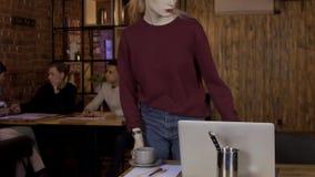De jonge mensen bespreken startproject bij lijst in koffie stock footage