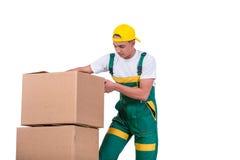 De jonge mensen bewegende die dozen met kar op wit wordt geïsoleerd Stock Foto
