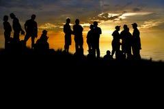 De jonge mensen genieten van in park bij royalty-vrije stock fotografie