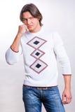 De jonge mensen kleedden zich in een sweater en jeans Stock Foto