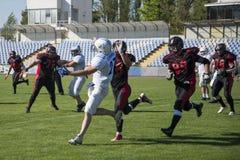 De jonge mensen spelen de bal in een sportenstadion royalty-vrije stock foto