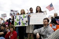 De jonge mensen tonen tekens bij theekransjeverzameling. Royalty-vrije Stock Foto