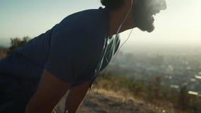De jonge mensenatleet heeft onderbreking na het runnen van oefening stock footage