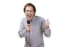 De jonge moderne die mens zingt met microfoon op witte bedelaars wordt geïsoleerd Royalty-vrije Stock Foto's