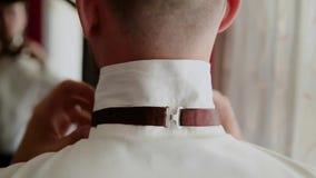 De jonge modieuze zakenman kleedt een vlinderdas stock footage