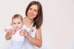 De jonge moeder houdt haar pasgeboren baby royalty-vrije stock foto's
