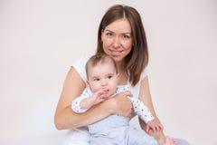 De jonge moeder houdt haar pasgeboren baby royalty-vrije stock afbeelding