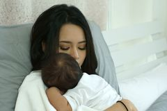 De jonge Moeder van Azië met een Babyjongen Royalty-vrije Stock Afbeelding
