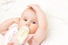 De jonge moeder voedt haar baby bij ruimte Stock Foto's