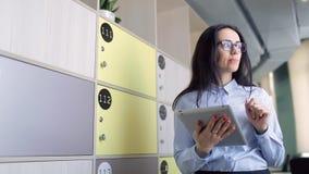 De jonge mooie ambtenaar probeert om besluit te nemen gebruikend laptop stock video