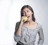 De jonge mooie appel van vrouwenbeten Stock Foto's