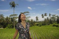 De jonge mooie Aziatische Chinese toerist die wildernis en padieveldstootkussengebied in Bali Indonesië onderzoeken ontspande en  royalty-vrije stock afbeelding