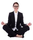 De jonge mooie bedrijfsvrouwenzitting in yoga stelt geïsoleerd Stock Fotografie