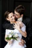 De jonge mooie bruid van de bruidegomknuffel en het kussen van haar. Royalty-vrije Stock Afbeelding
