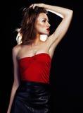 De jonge mooie dame in kleding stellen sexy op zwarte achtergrond, partij maakt omhoog het gelijk maken van emotionele dichte omh Royalty-vrije Stock Foto's