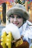 De jonge mooie dame in traditionele Russische kleren stelt voor foto's Royalty-vrije Stock Foto's