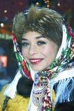 De jonge mooie dame in traditionele Russische kleren stelt voor foto's Stock Foto