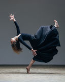 De jonge mooie danser stelt in studio royalty-vrije stock afbeeldingen