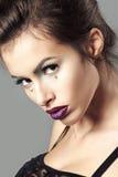 De jonge mooie donkerbruine vrouw met creatief kristal maakt omhoog Royalty-vrije Stock Afbeeldingen