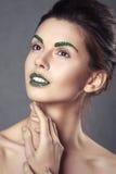 De jonge mooie donkerbruine vrouw met creatief kristal maakt omhoog Stock Afbeeldingen