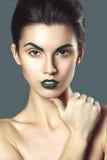 De jonge mooie donkerbruine vrouw met creatief kristal maakt omhoog Stock Foto's