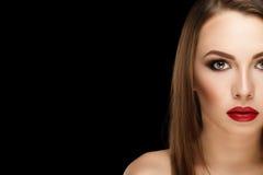De jonge mooie donkerbruine vrouw van het close-upportret met make-up en Royalty-vrije Stock Foto