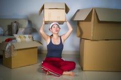 De jonge mooie en gelukkige Aziatische Koreaanse vrouw wekte thuis de uitpakkende bezittingen van de woonkamervloer van kartondoz royalty-vrije stock foto
