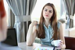 De jonge mooie man en de vrouw komen in koffiezaken samen Stock Afbeelding