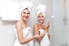 De jonge mooie meisjes in de badkamers zijn bereid om een douche te nemen royalty-vrije stock foto