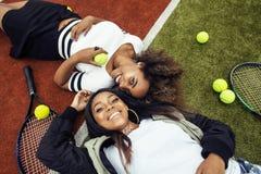 De jonge mooie meisjes die op tennisbaan hangen, vormen gekleed modieus swag, het beste vrienden gelukkige samen glimlachen Royalty-vrije Stock Afbeelding