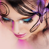 De jonge mooie meisjes heldere make-up met een natte blik glanst, donkere achtergrond Stock Foto's