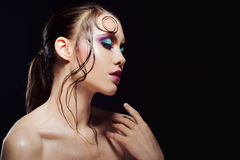 De jonge mooie meisjes heldere make-up met een natte blik glanst, donkere achtergrond Royalty-vrije Stock Afbeelding