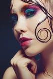 De jonge mooie meisjes heldere make-up met een natte blik glanst, donkere achtergrond Royalty-vrije Stock Foto