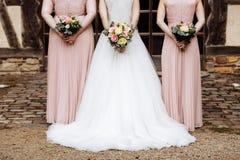 De jonge mooie meisjes houdt in openlucht een huwelijksboeket royalty-vrije stock foto's