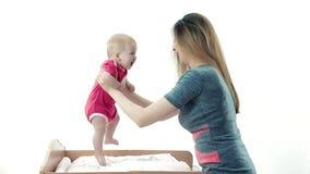 De jonge mooie moeder onderwijst het kind om te gaan stock videobeelden