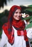 De jonge mooie moslimvrouw bij het park stelt Stock Foto's