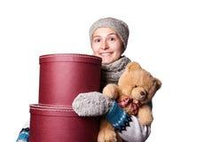 De jonge mooie teddybeer van de meisjesholding en doos witte achtergrond Royalty-vrije Stock Foto's